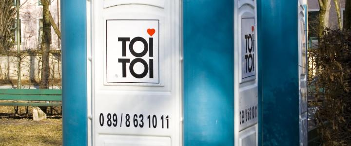 Toaleta przenośna toi toi – wciąż nowość czy już element obowiązkowy?