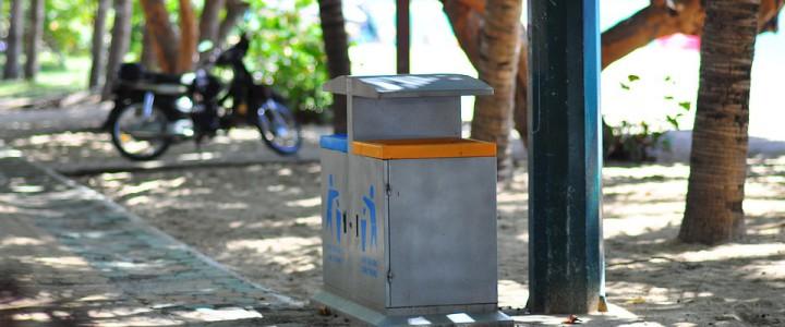 Kosze uliczne na śmieci w miastach turystycznych