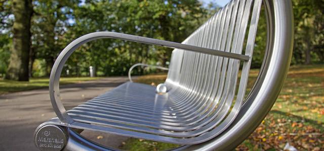 Sposób na relaks bez wyjazdu – metalowa ławka ogrodowa