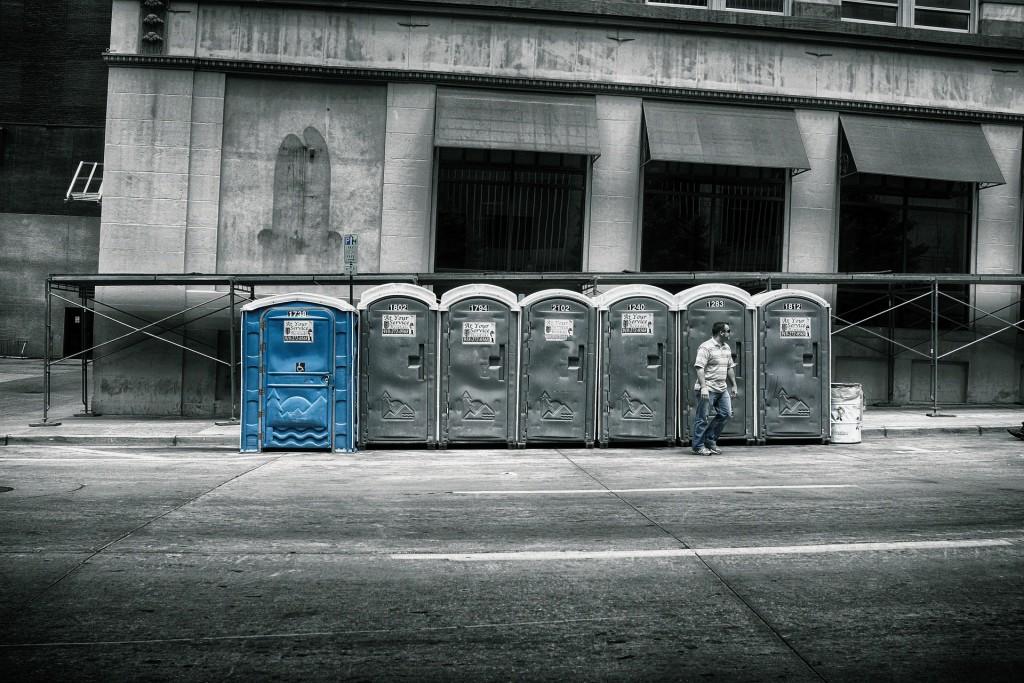 Toaleta przenośna toi toi – zamieńmy zło konieczne na przyjemność!